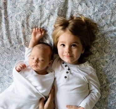 baby mit schwester