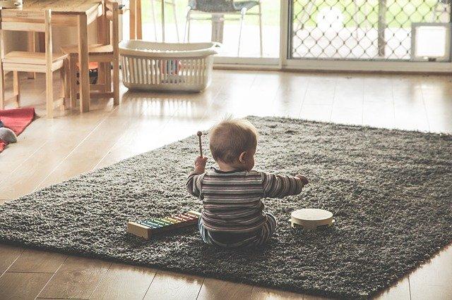 baby beim spielen